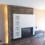 Mueble de TV con piedra taco y vitrina